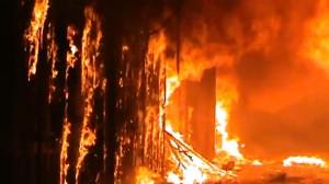 La Siria brucia in fiamme l'antico souk di Aleppo mercato guerra scontri